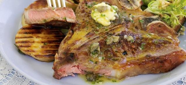 RECEPT: T-bone steak s cesnakom, kapary a pažítkou
